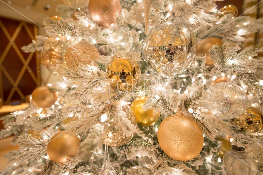 white and gold christmas tree with decorations